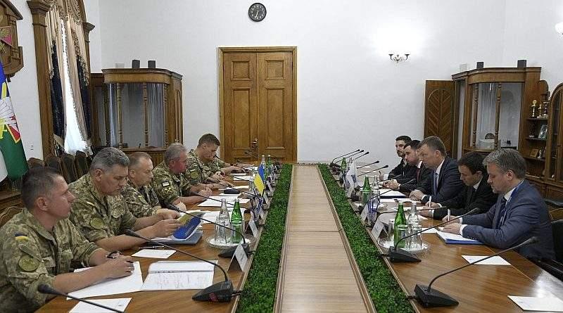 Віктор Муженко та Александр Хуг обговорили ситуацію в районі проведення операції Об'єднаних сил (фото)