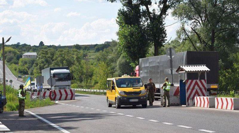 З початку року поліцейські в ході ООС припинили на блокпостах Донеччини майже 2000 правопорушень (фото)