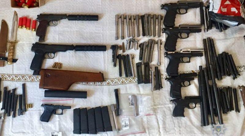 Поліція викрила ОЗГ постачальників і продавців нелегальної зброї в Україну (фото)