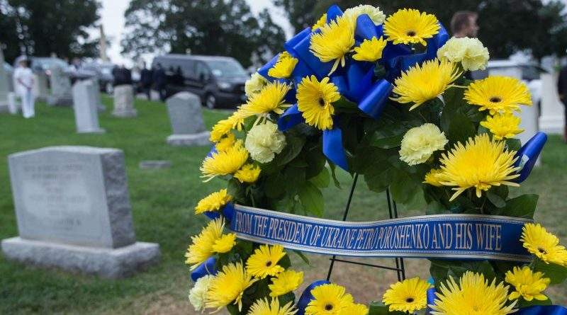 Президент України з дружиною вшанували пам'ять Джона Маккейна (фото)