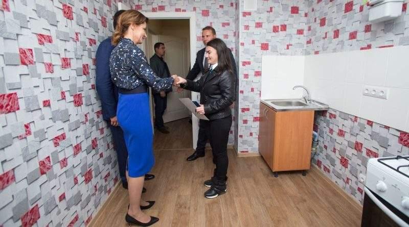 У Мелітополі 11 власникам вручили ключі від квартир, придбаних для дітей-сиріт за Програмою Президента (фото)