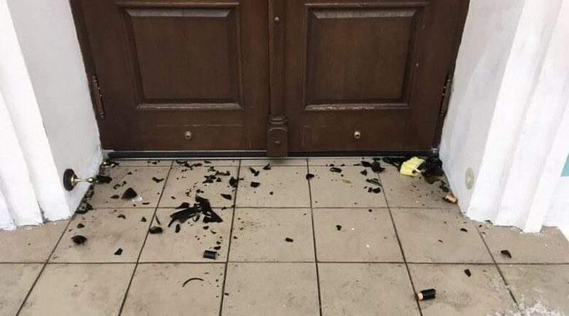 У Києві поліцейські встановлюють зловмисників, які кинули пляшки з запальною сумішшю у двері Андріївської церкви