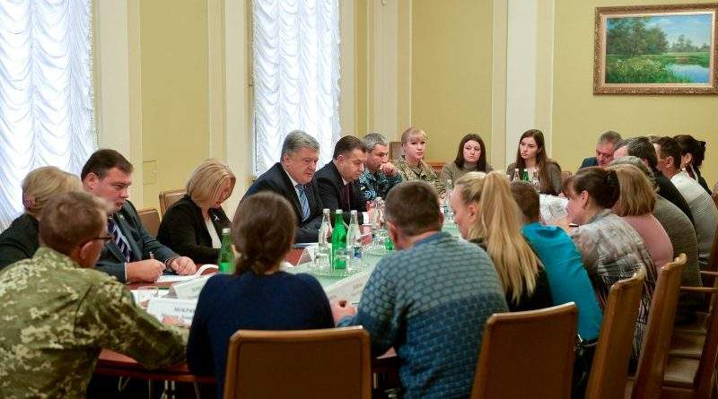 Петро Порошенко зустрівся з рідними військовополонених українських моряків (фото, відео)