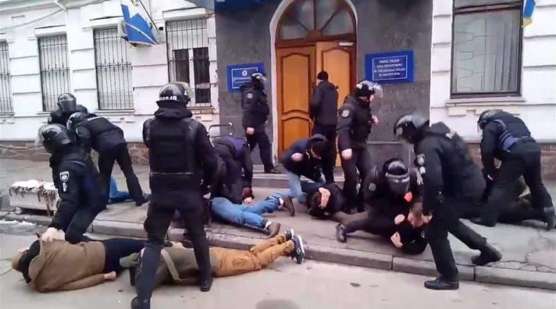Слідчі ДБР розслідують обставини побиття активістів працівниками Нацполіції