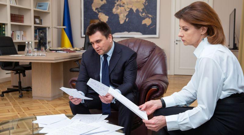Марина Порошенко через українських дипломатів передала листи студентів військовополоненим морякам (фото)