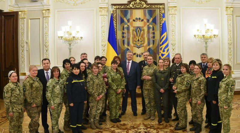 Президент нагородив жінок-військових: Ви цементуєте нашу оборону – ви наші берегині (фото)