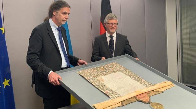 Німеччина передала Україні церковну грамоту Петра I (фото)