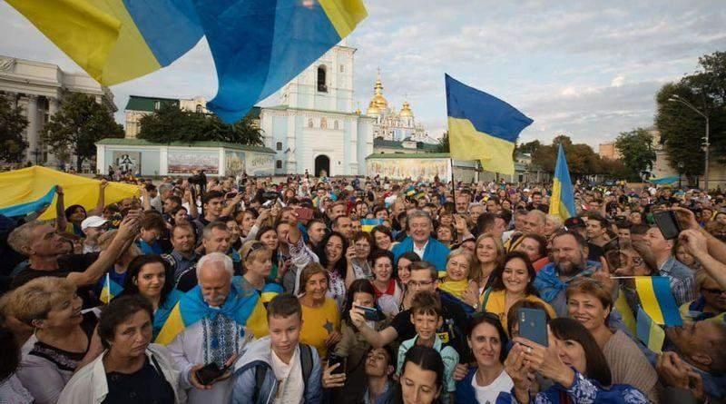 Петро Порошенко привітав українців з Днем прапора та долучився до флеш-мобу на його честь (фото, відео)