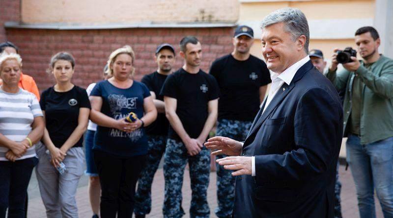 Петро Порошенко зустрівся зі звільненими моряками (фото, відео)