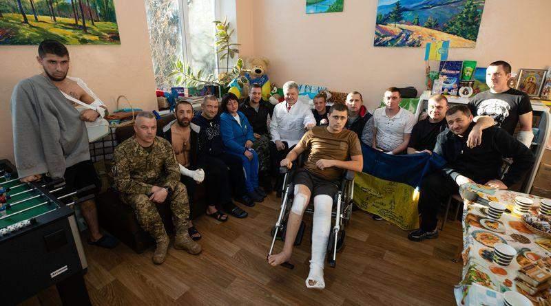 Петро Порошенко відвідав поранених бійців у військовому шпиталі (фото, відео)