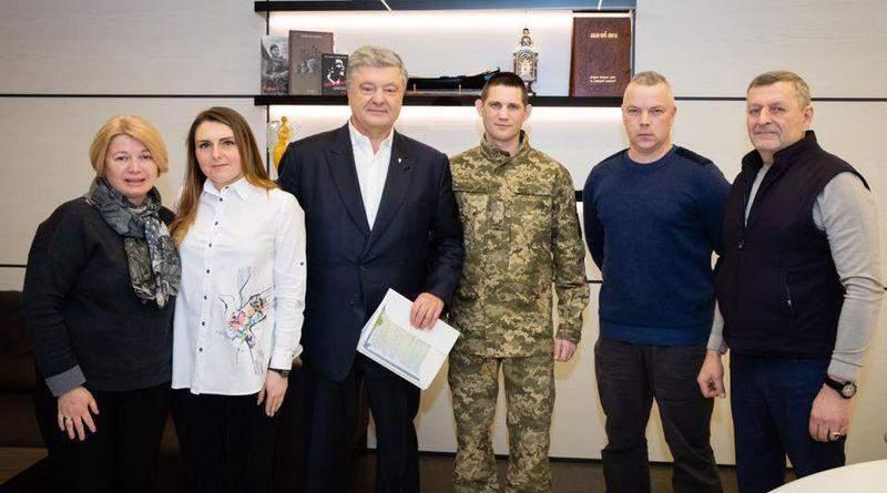 Петро Порошенко зустрівся з танкістом Богданом Пантюшенком, який провів п'ять років у полоні (фото, відео)