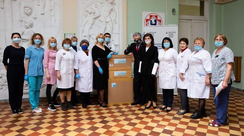 Петро та Марина Порошенки передали в лікарню Охматдит 3 тисячі швейцарських ІФА-тестів (фото, відео)