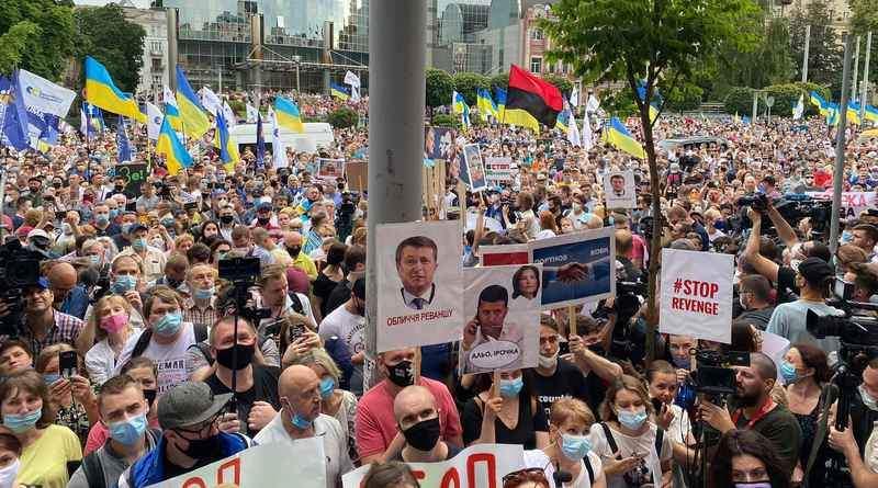 Під Печерським судом відбувається масштабна акція на підтримку Петра Порошенка (фото, відео)