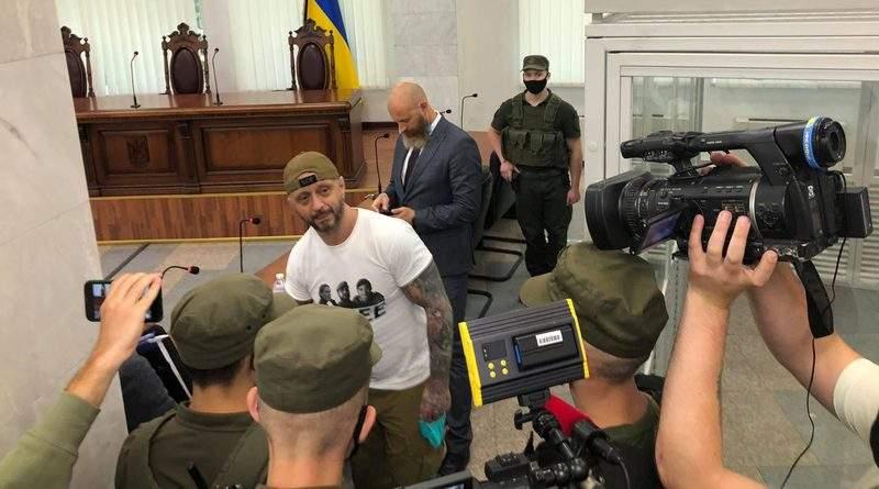 Депутати «Європейської Солідарності» та Андрій Тетерук прийшли на суд до Антоненка (фото, відео)