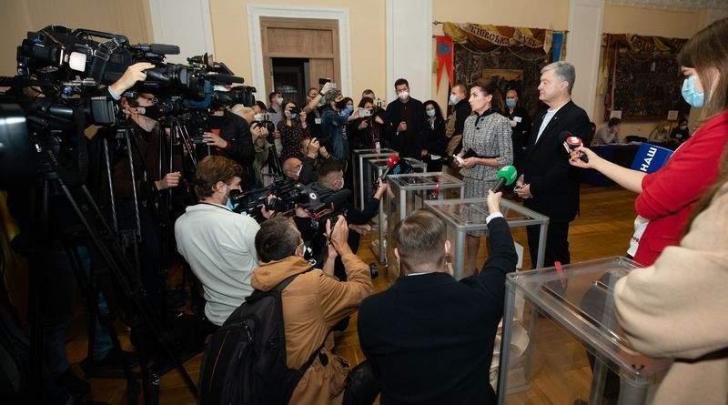 Петро та Марина Порошенки на виборчій дільниці проголосували за Україну, ЄС і НАТО (фото, відео)
