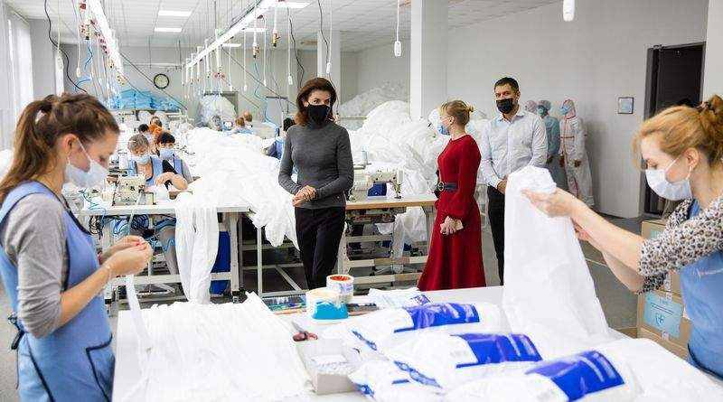 В Україні почали виготовляти високоякісні захисні костюми для медиків – Марина Порошенко (фото)