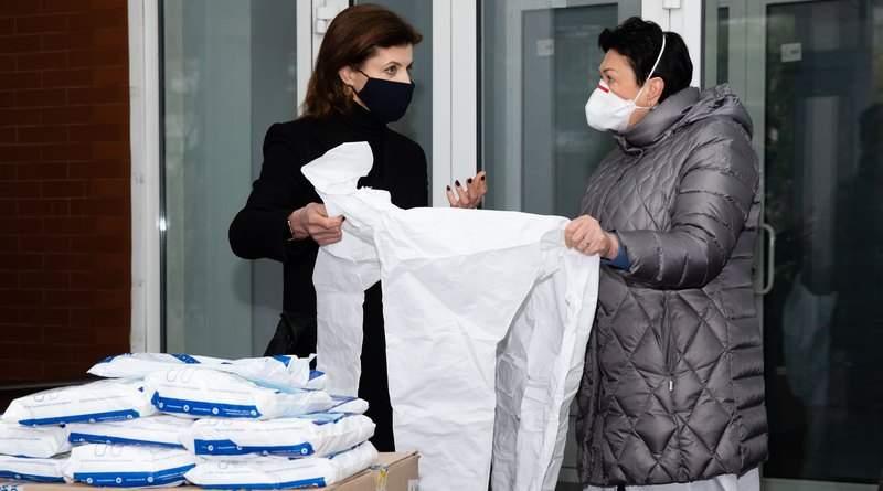 Марина Порошенко передала захисні костюми та противірусні окуляри у 12-ту лікарню Києва (фото, відео)