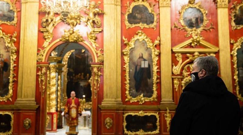 Подружжя Порошенків взяло участь у святковому богослужінні в Андріївській церкві (фото, відео)