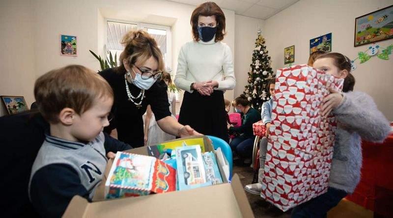 Марина Порошенко привезла різдвяні подарунки дітям з інвалідністю (фото, відео)